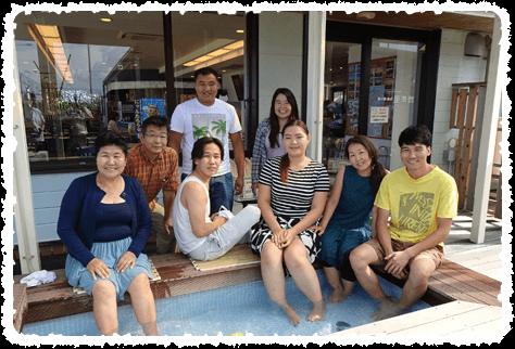 羽咋市千里浜にて、モンゴル留学生と足湯に浸かりながらの記念写真