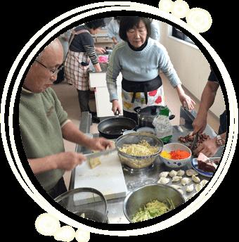 留学生を講師に迎えての料理教室の模様