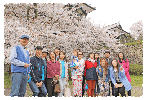 金沢城公園・百間堀園地(旧沈床園)にて。桜をバックに記念撮影です